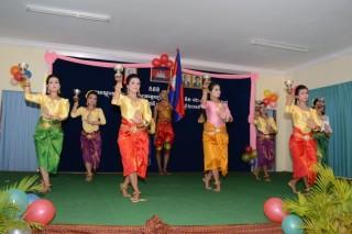 訓練生による伝統舞踊の披露